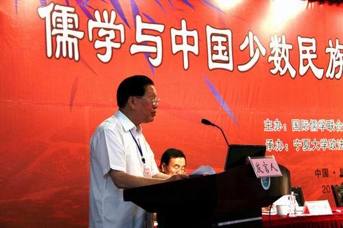 8月21日上午,儒学与中国少数民族文化研讨会在宁夏大学国际会议交流中心开幕。图为国际儒学联合会会长助理曹凤泉致开幕词。