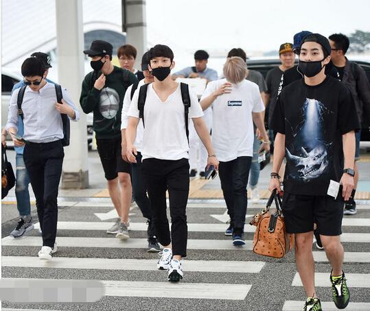 EXO 人民网8月3日讯 近日,韩国人气组合EXO为赶赴成都举办演唱会现身仁川机场。 各位成员简单的T恤牛仔装扮也帅气有型,时尚感十足。一头灰发的伯贤坐在路旁,发呆的表情甚是呆萌可爱。吴世勋的大长腿也十分吸睛。
