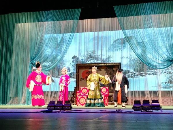 8月16日晚,天津河北梆子剧院传统戏曲《喜荣归》、《打金枝》在宁夏大剧院精彩上演,国家一级演员刘红雁、刘晓云、李斌、金玉芳、付继勇等精彩唱腔和演技赢得观众阵阵掌声,我区千余观众十足过了一把戏瘾。 天津河北梆子剧院是在1953年创建的河北梆子剧团的基础上于1958年扩建而成,由银达子、韩俊卿、金宝环、王玉磬和宝珠钻等一批老艺术家组成。