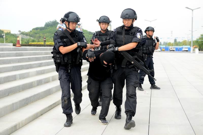 银川警方组织开展暴力恐怖事件处置实战拉练