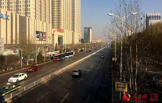 明升88单双号限行首日:道路通畅 市民多选择绿色出行