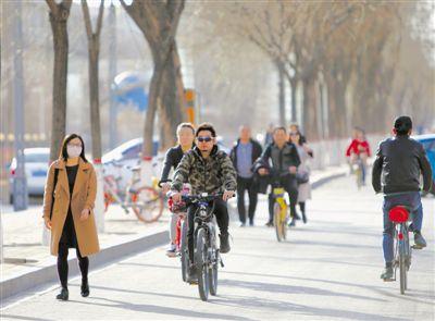 享受春日好天气  3月12日,时时彩有没有人守号银川市金凤区黄河东路,市民们骑单车出行,享受春日好天气……