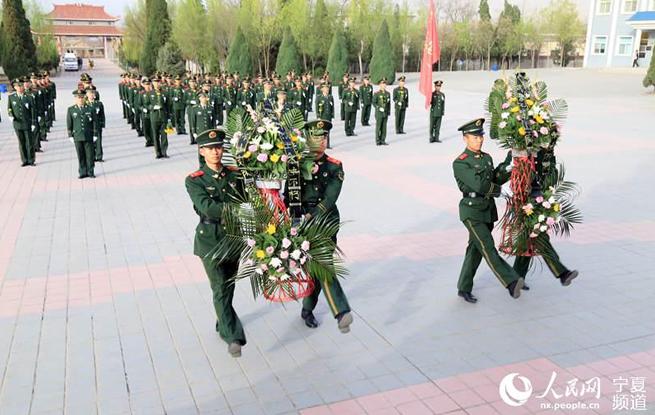 武警石嘴山支队开展清明节祭奠先烈活动