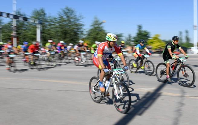 沿长城中国・盐池国际自行车邀请赛开赛