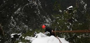 湖南张家界:冰雪下的悬崖清洁工