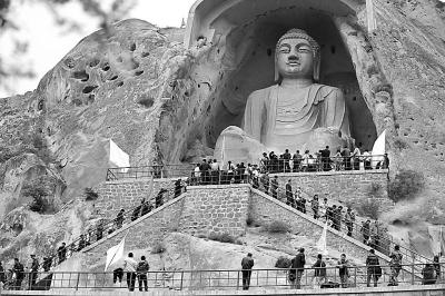 图为游客在须弥山石窟游览 新华社