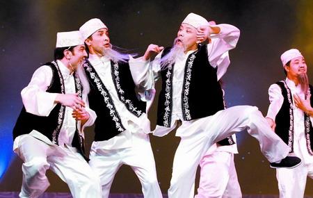 新疆昌吉回族自治州民族歌舞剧团表演《尕老汉》.(记者 王 猛 摄)-